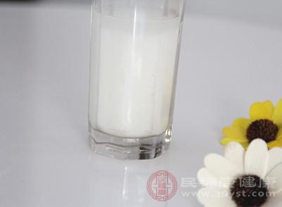 口腔溃疡早期,病情较轻,可以喝一些全脂奶粉