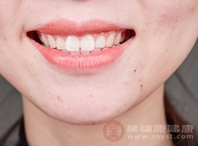 牙冠面上部分有牙龈覆盖,常有食物嵌塞