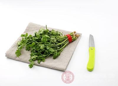 香菜中含有的維生素A和維生素C可以調節視網膜感光物質合成