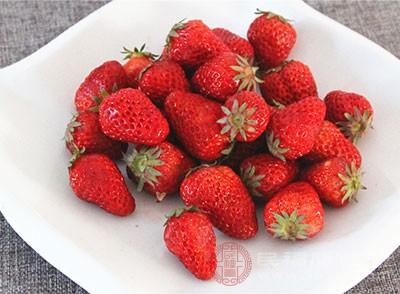 草莓中富含丰富的膳食纤维,可促进胃肠道的蠕动