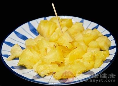 菠萝中含有菠萝蛋白酶和甙类物质