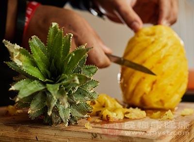 菠萝中的纤维素能够刺激肠胃蠕动,促进排便,防止便秘