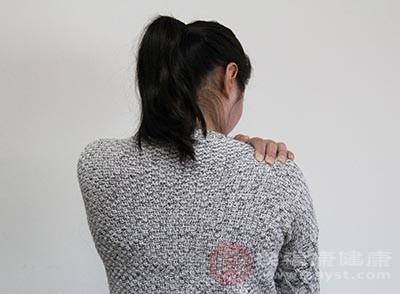 肩周炎的初期症状,常见的就是肩膀疼痛为阵发性的