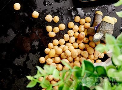 先将黄豆先用盐水浸泡