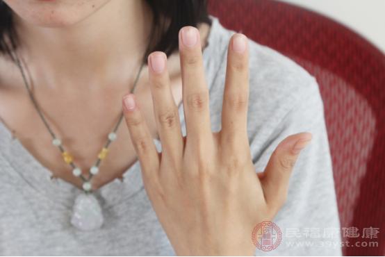 手指關節疼痛的原因包括勞損、外傷、痛風、骨性關節炎等