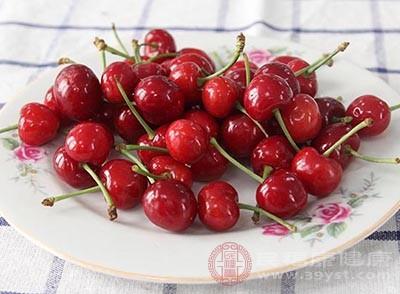 适当的吃一点樱桃能够帮助人体补充需要的铁元素