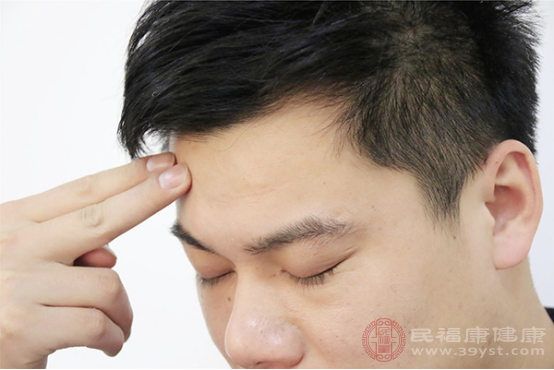 引起額頭長痘的原因包括不注意個人衛生、皮膚清潔不徹底、長期熬夜、飲食不合理、內分泌失調等