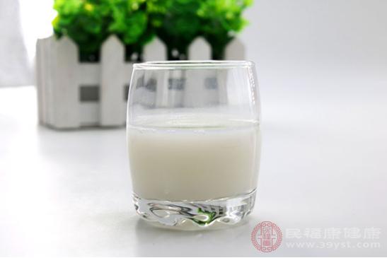 癥狀較輕的患者可以喝一些溫牛奶,食物溫度過低會使我們出現腹脹、疼痛加劇和嘔吐等癥狀