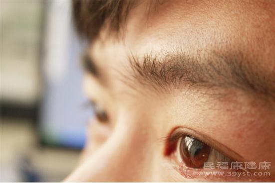 眼睛腫了的人可以嘗試熱敷或者按壓眼部