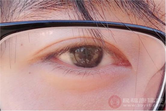 上眼皮浮腫的原因包括枕頭低、睡眠時間太少和炎癥反應等