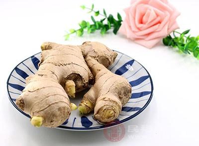 在平时可以选择饮用姜茶或者生姜水里帮助祛除寒气
