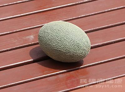 哈密瓜中富含β-胡萝卜素,这种成分是维生素A的前体物质