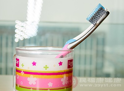 刷牙后要及时将涂在嘴唇上面的牙膏泡沫清理干净