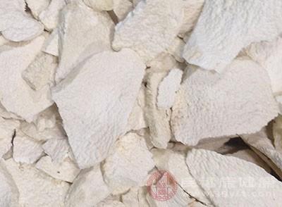 准备60g薏米、15g茯苓,将其全部洗净后磨成细粉