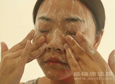 在平時人們對皮膚的清潔要做到位