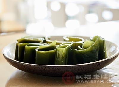 青紅椒洗靜切絲,海帶絲切均勻的段