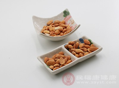 杏仁中含有一種活性物質叫做苦杏仁苷