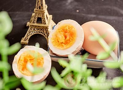 在雞蛋中含有豐富的卵磷脂、甘油三脂、膽固醇等物質