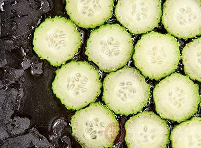 黃瓜是綠色的食物,所以汁水很多
