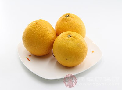 將橙子皮放入熱水中,用它來洗頭可以使頭發光滑柔軟