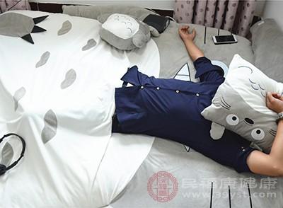 落枕的出现和睡姿有很大的关系