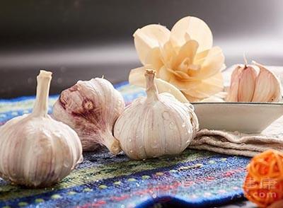 大蒜里面含有大蒜素,可以杀真菌和细菌