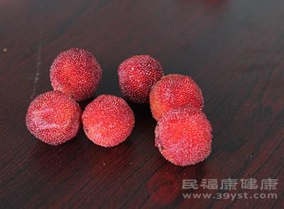杨梅味甘、酸,性温,具有生津止渴、和胃止呕、涩肠止泻的功效