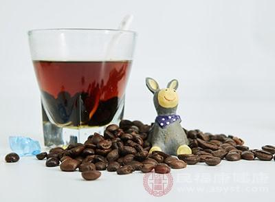 经常食用颜色较深的食物,如可乐、咖啡或红茶、黑茶等会使牙齿变色