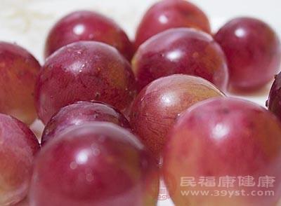 在平时吃葡萄能够起到清热化痰,润肺止咳的功效