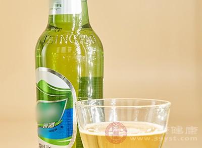 长期大量饮酒会诱发痛风的发作