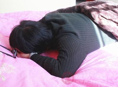 趴着睡觉的危害 这样睡小心患上呼吸道疾病