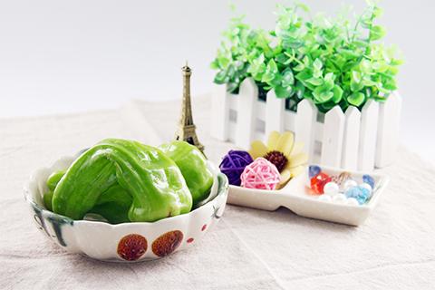一是富含草酸的食物,如菠菜、香菜、甜菜、青椒等