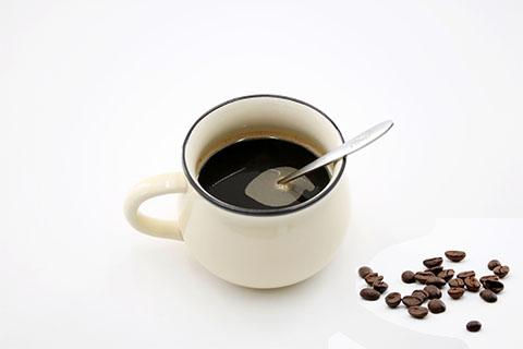 烟、酒、辣椒、浓茶、咖啡、烧烤、油炸食物等在喉咙发炎期间都不可以食用