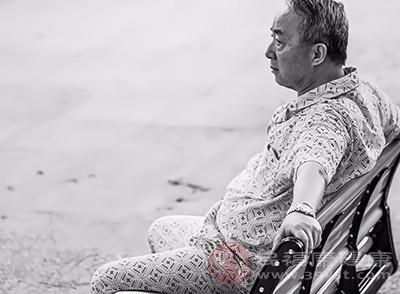 老人失眠的原因 不好的习惯会引起这个症状