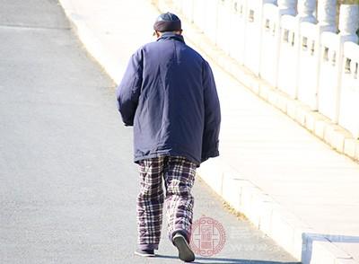 老年人头痛的原因:用温水泡脚可以缓解这种情况[用温水泡脚的好处]